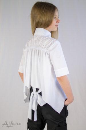 Блуза з довгим рукавом, кокеткою, оборками і декоративною брошкою